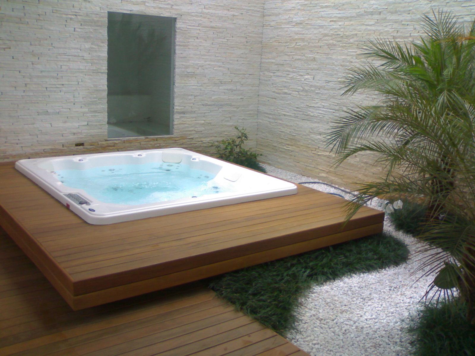 deck de madeira suspenso oferece soluções viáveis para terrenos  #427989 1600x1200 Banheiro Com Banheira De Alvenaria